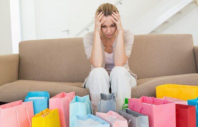femme ayant fait trop d'achats