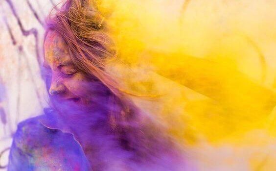femme dans de la poudre colorée