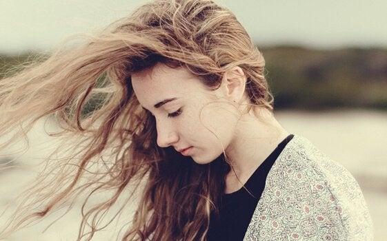 fille triste fatiguée les cheveux dans le vent