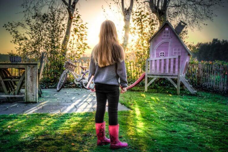 petite fille jouant dans le jardin