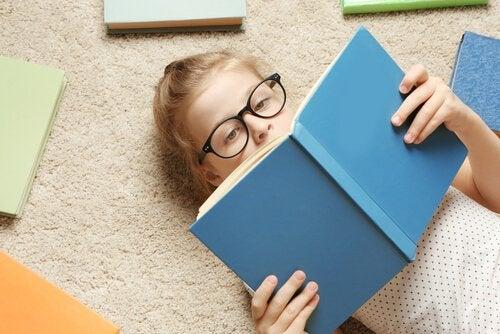 petite fille qui lit