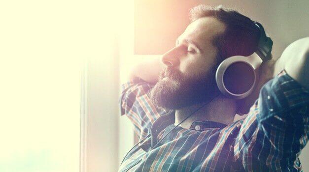 homme écoutant de la musique relaxante