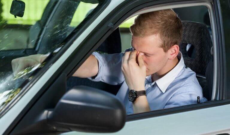 homme anxieux au volant