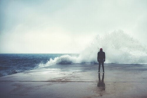 personne face à une vague