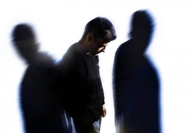 homme avec deux ombres