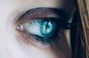 oeil bleu triste