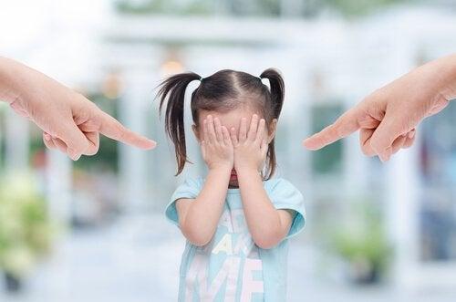 petite fille se faisant gronder par ses parents