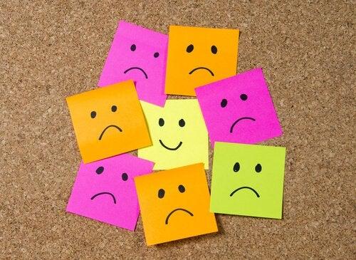 visages tristes et un visage heureux