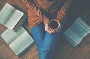Femme avec des livres autour