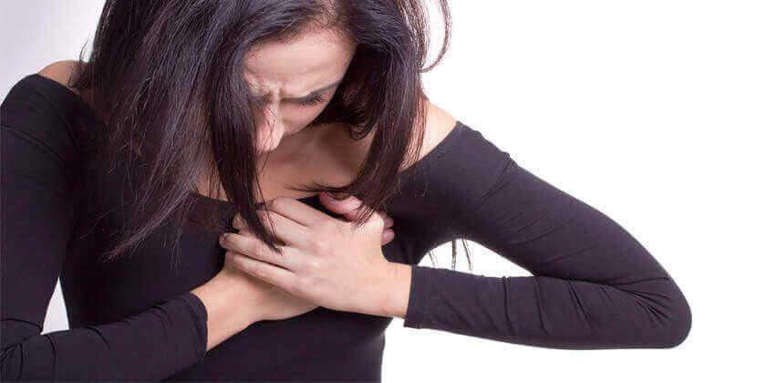femme avec une douleur dans le coeur