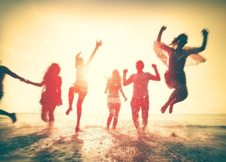 amis qui sautent dans l'eau