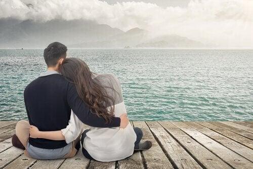 couple au bord de l'eau