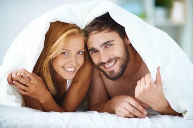 couple au lit ayant une bonne communication sexuelle