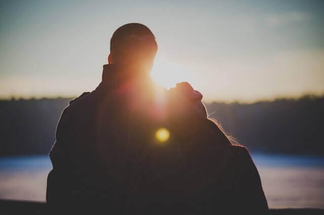 couple face au soleil