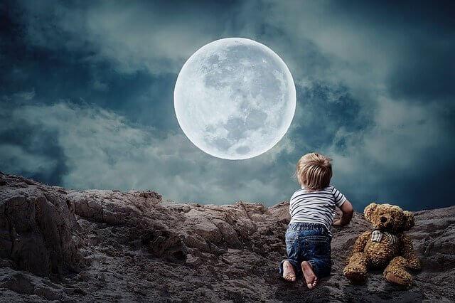 enfant devant la lune