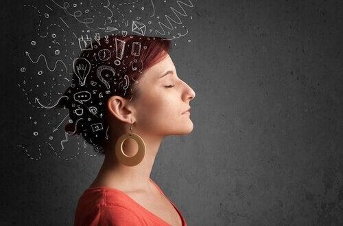 femme ayant l'esprit empli de pensées