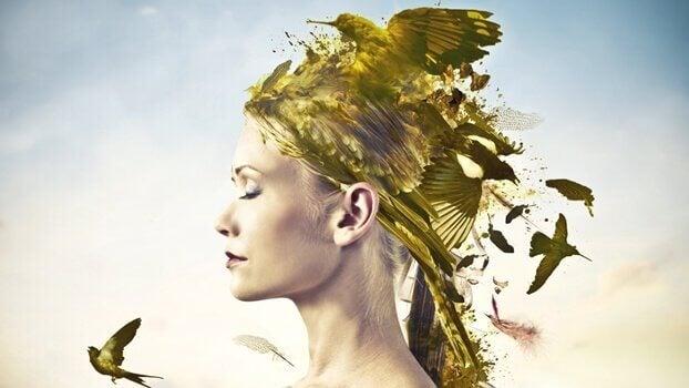 femme avec des oiseaux sur la tête
