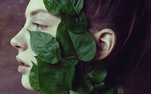 femme avec feuilles