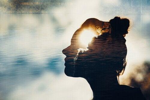 femme de profil sur fond de cours d'eau