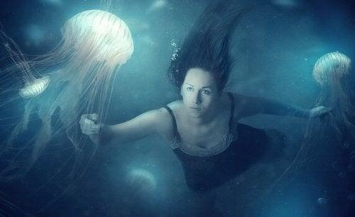 femme avec méduses
