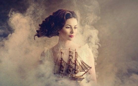 femme dans la fumée avec un bateau