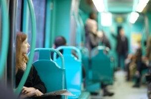 femme dans un train