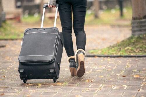 femme et valise