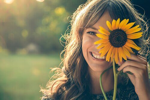 femme avec une fleur