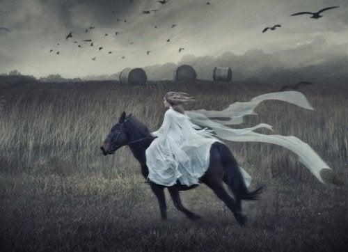 femme sur un cheval représentant l'équilibre humain