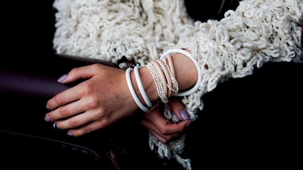 fille avec les bracelets au poignet