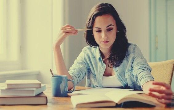 Étudier en lisant à haute voix ou en silence, qu'est-ce qui fonctionne le mieux ?