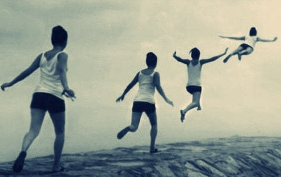 enfant qui saute et s'envole