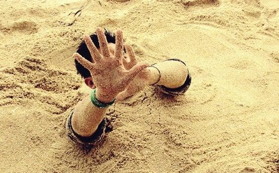 garçon dans les sables mouvants