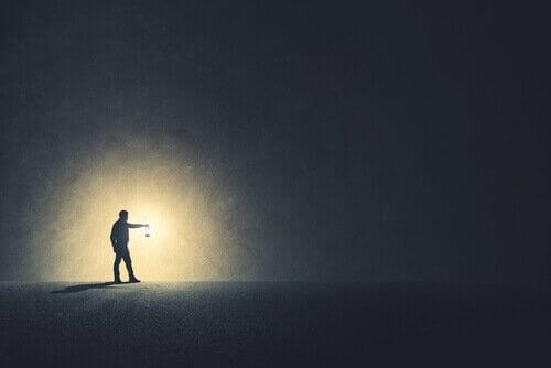 homme avec une lanterne dans l'obscurité