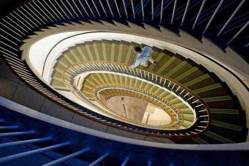 homme dans un escalier