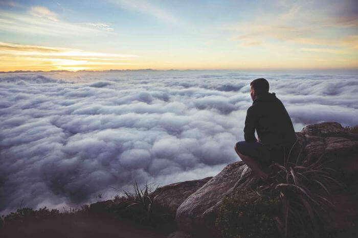 homme face aux nuages