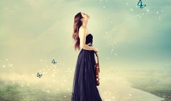 femme entourée de papillons