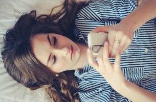 jeune fille avec son portable