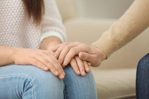 femme soutenue par un psychologue
