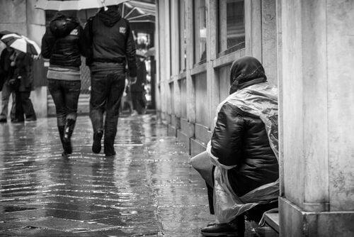 mendiante ignorée par les passants