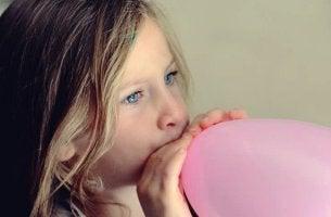 petite fille et ballon