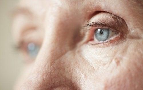 regard d'une personne âgée