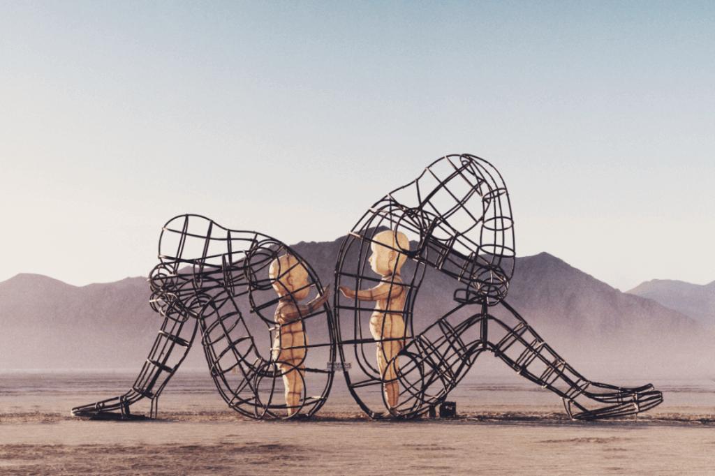 enfants dans des cages en formes de personnes assises