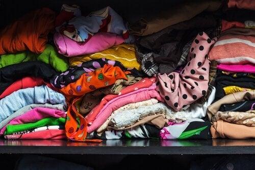 vêtements mal rangés