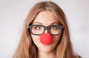 Femme avec un nez de clown