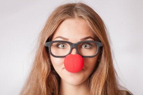 Jouer du ridicule nous rend plus heureux Femme-avec-un-nez-de-clown