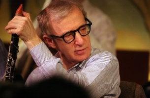 Woody Allen jouant de la musique
