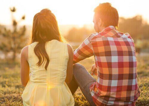 couple qui parle : communiquer pour apprendre à se fâcher