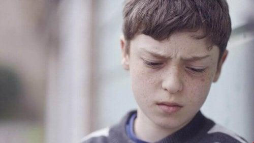 enfant triste à cause d'une blessure primitive