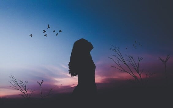 femme pensant à apprendre à se valoriser